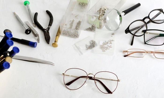 Prepare-a-glasses-tightening-kit-
